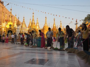 Modest clothing at Shwedagon paya